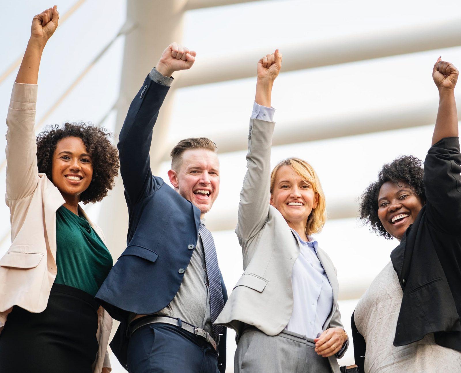 samenwerken. 4 juichende mensen
