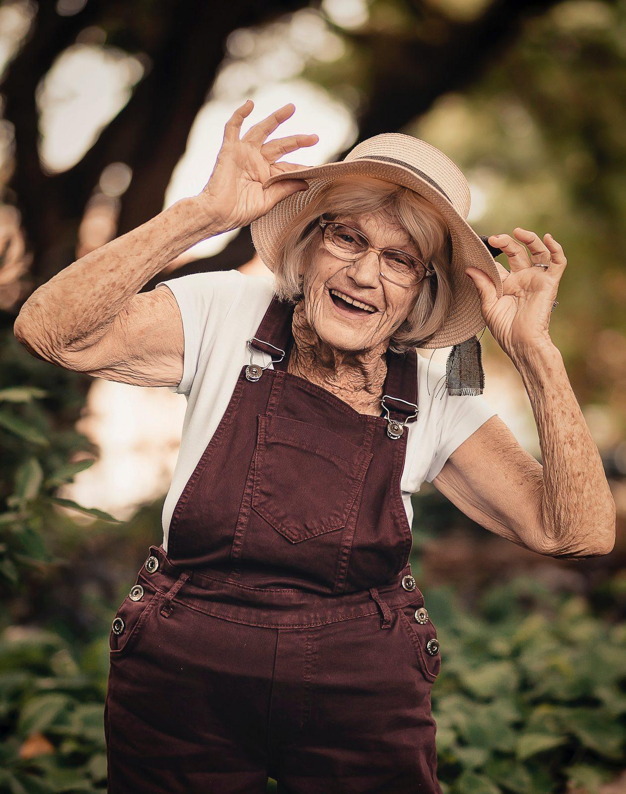 Probleem gedrag foto van een blije oudere vrouw die misschien een beetje gek doet.