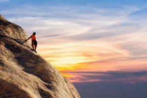 coachen van collega's bergbeklimmer naar top berg