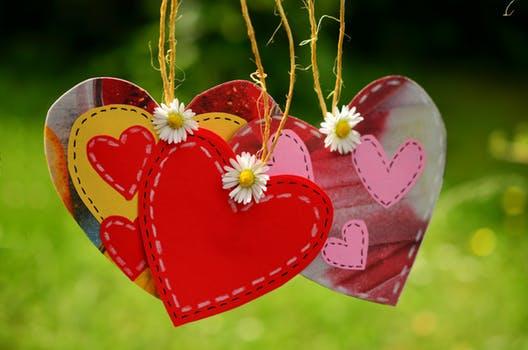 coaching amuletten van hartjes met bloemen