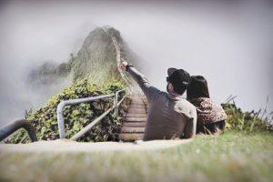 comfortzone twee mensen kijken naar berg in de mist