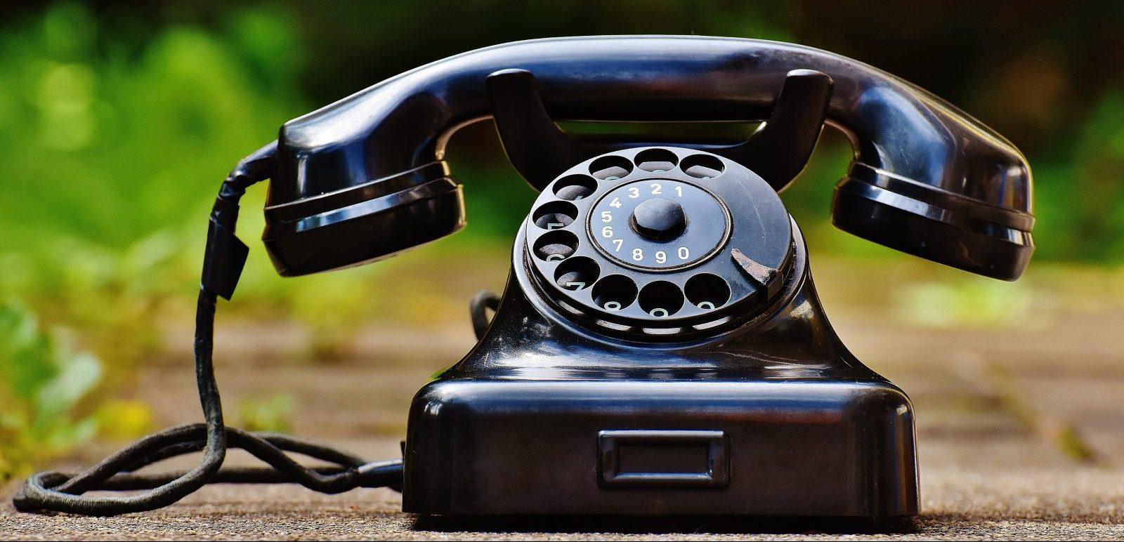 contact zwarte telefoon met draaischijf