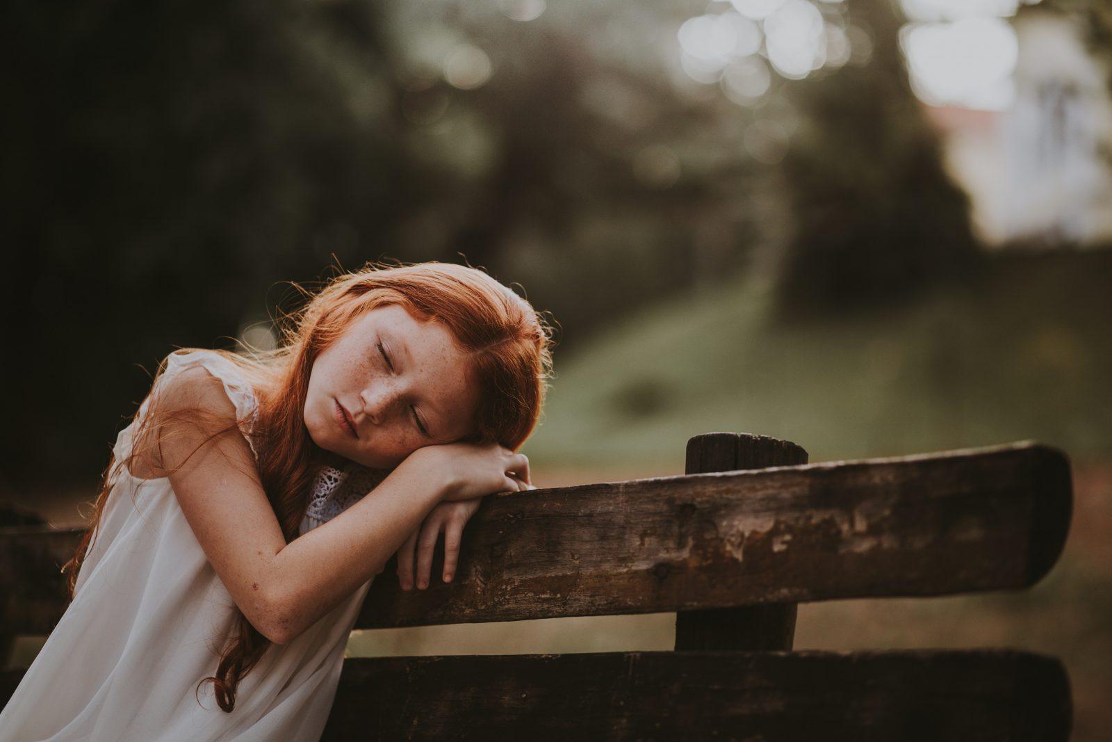 meisje dromend op een bank