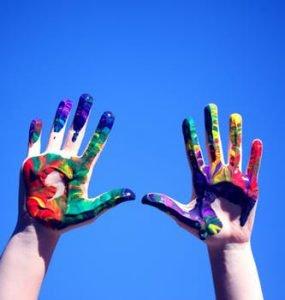 eigen regie twee geverfde handen in de lucht