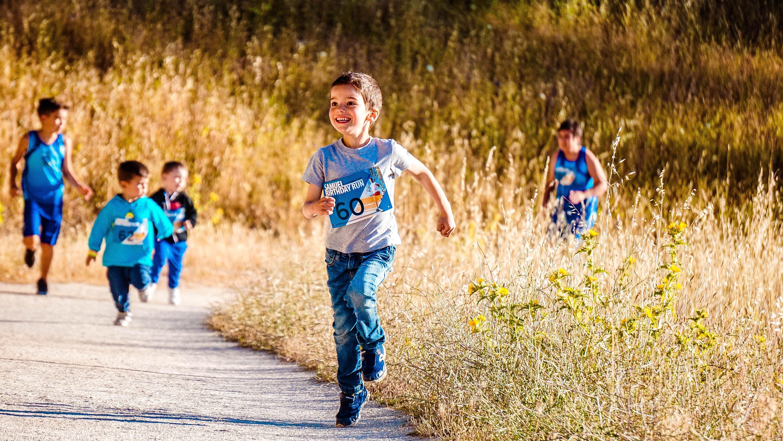 fit en in balans jongens rennen op een weg