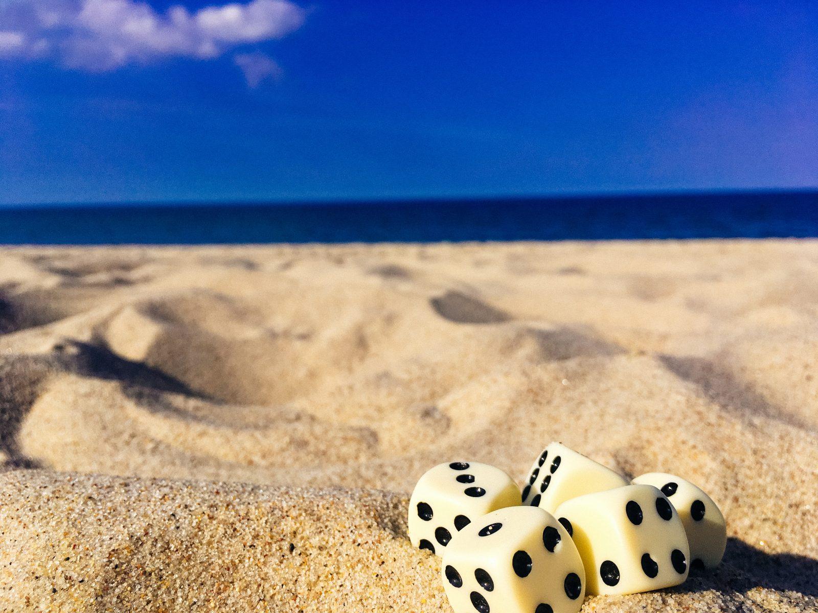 geluk 5 dobbelstenen in het strandzand