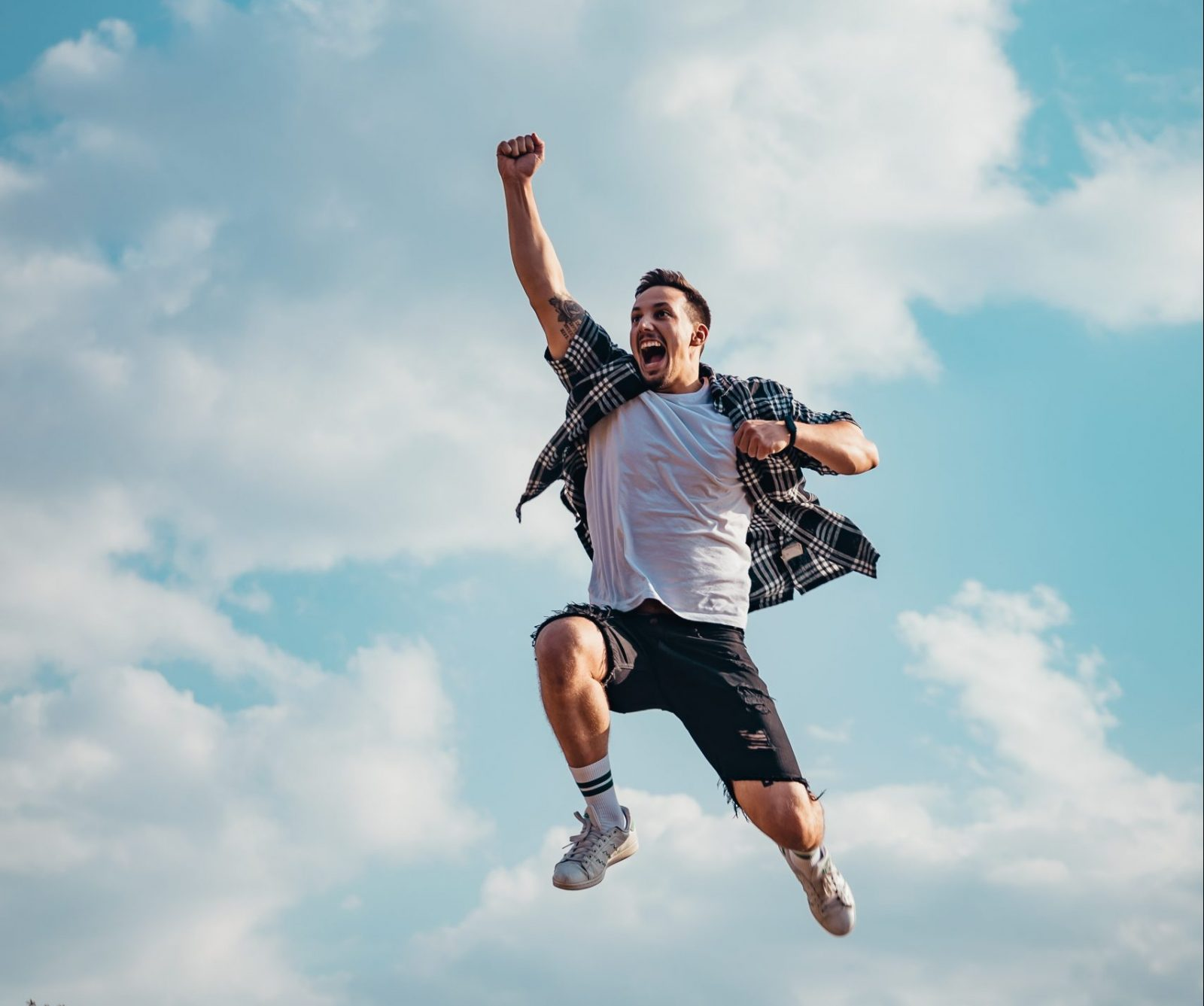 Geluk man springt gat in de lucht