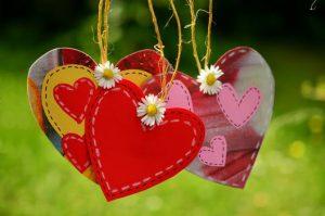 amuletten van hartjes met bloemen