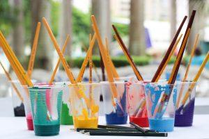intervisie bekers met verschillende kleuren verf