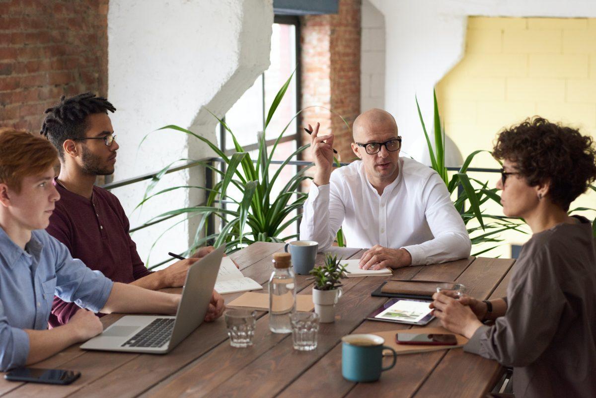 intervisie-viertal-zitten-aan-tafel