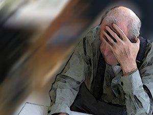 moeilijk verstaanbaar gedrag oude man zit met hand voor het hoofd