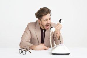 miscommunicatie schreeuwende man in hoorn telefoon