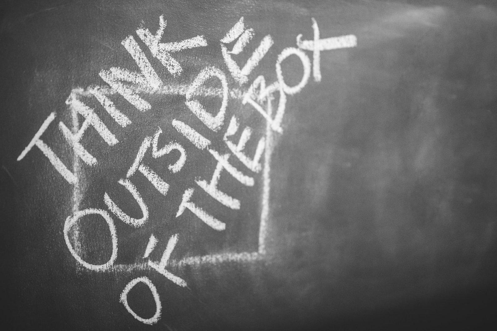 onbegrepen gedrag kijken naar jezelf schoolbord met de tekst think outside of the box