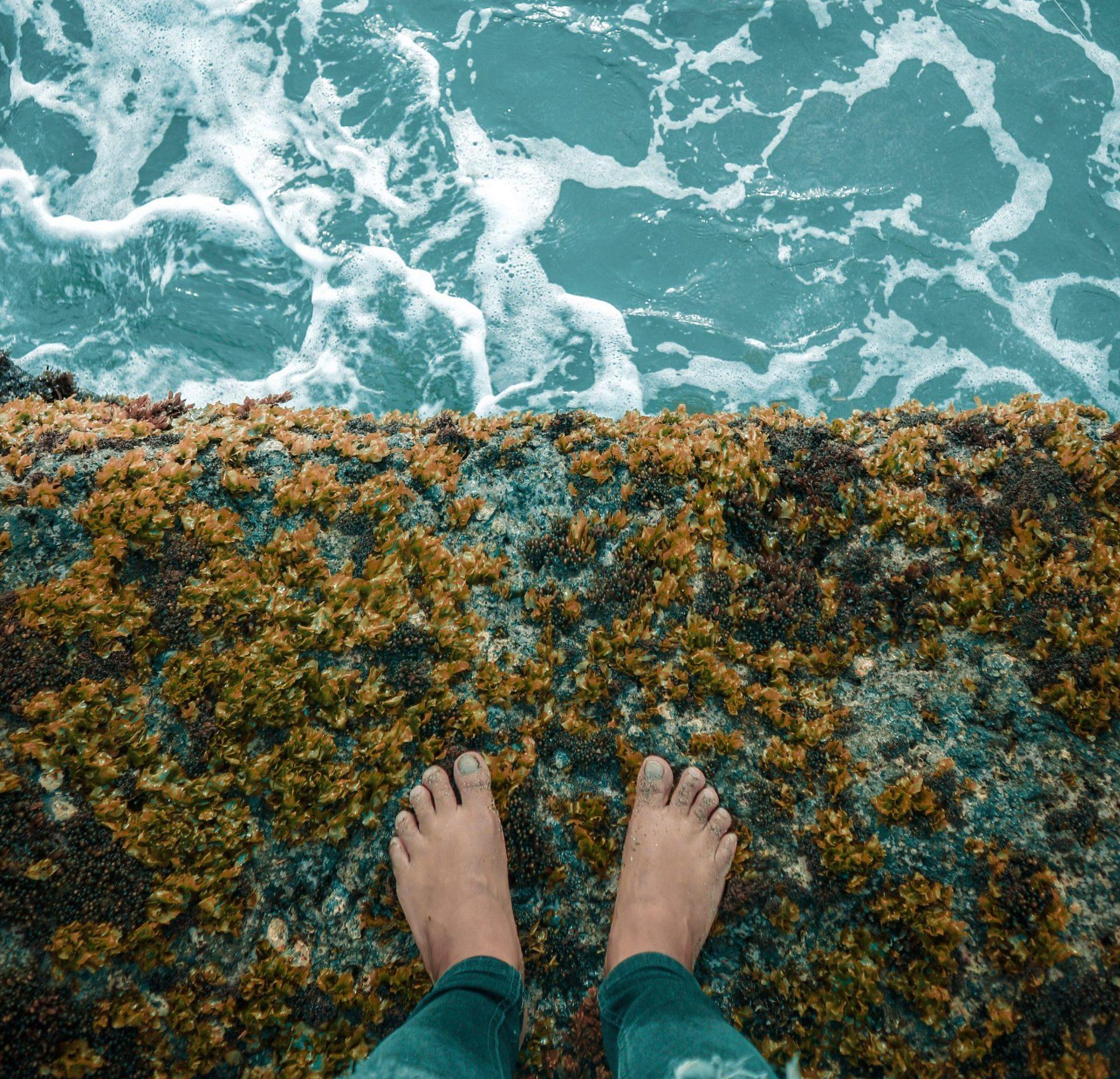 opkomen-voor-jezelf-voeten-rand-bij-water