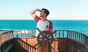 persoonlijk leiderschap man op een schip achter het stuur starend naar de horizon