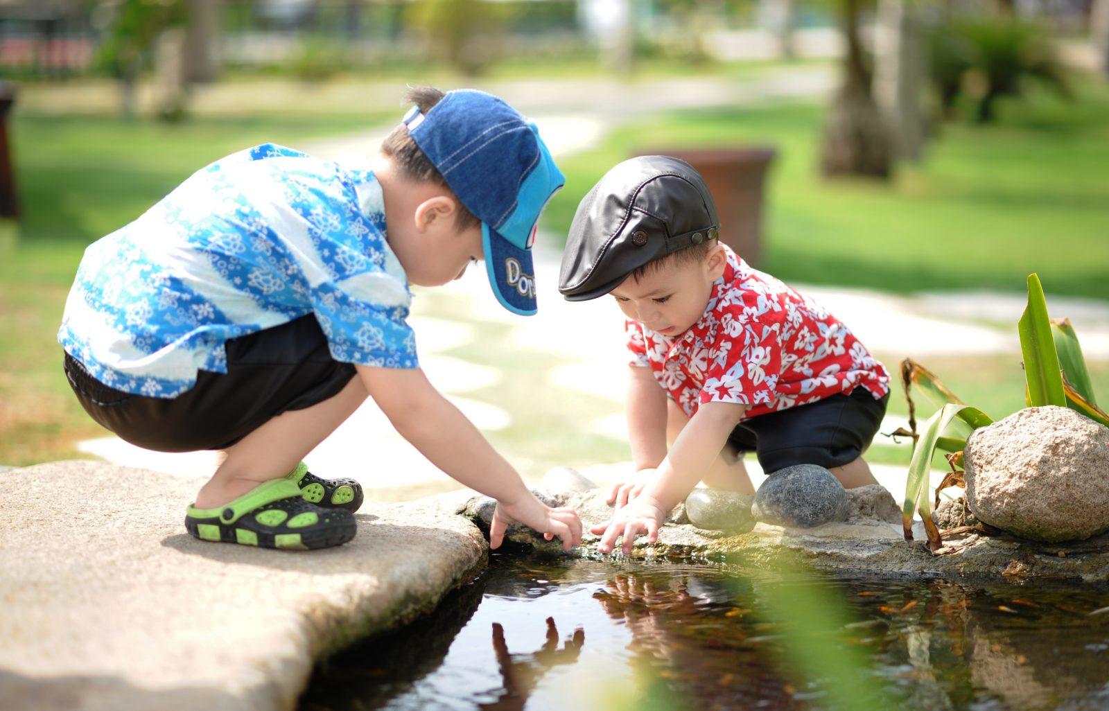 persoonlijk leiderschap 2 jongens hurkend bij een plas water