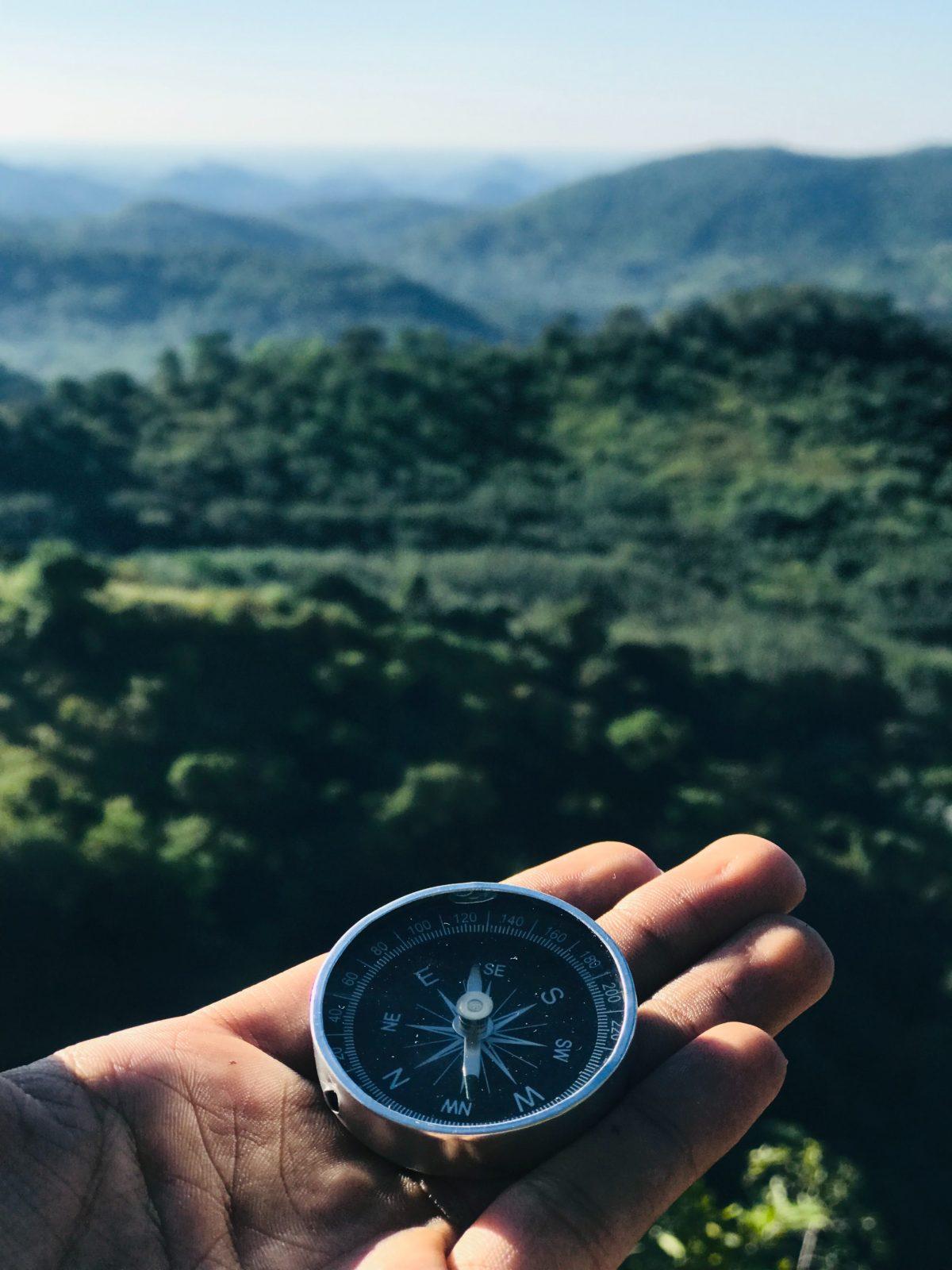 persoonlijk leiderschap hand met kompas