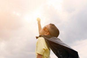 persoonlijke effctiviteit jong kind als superman