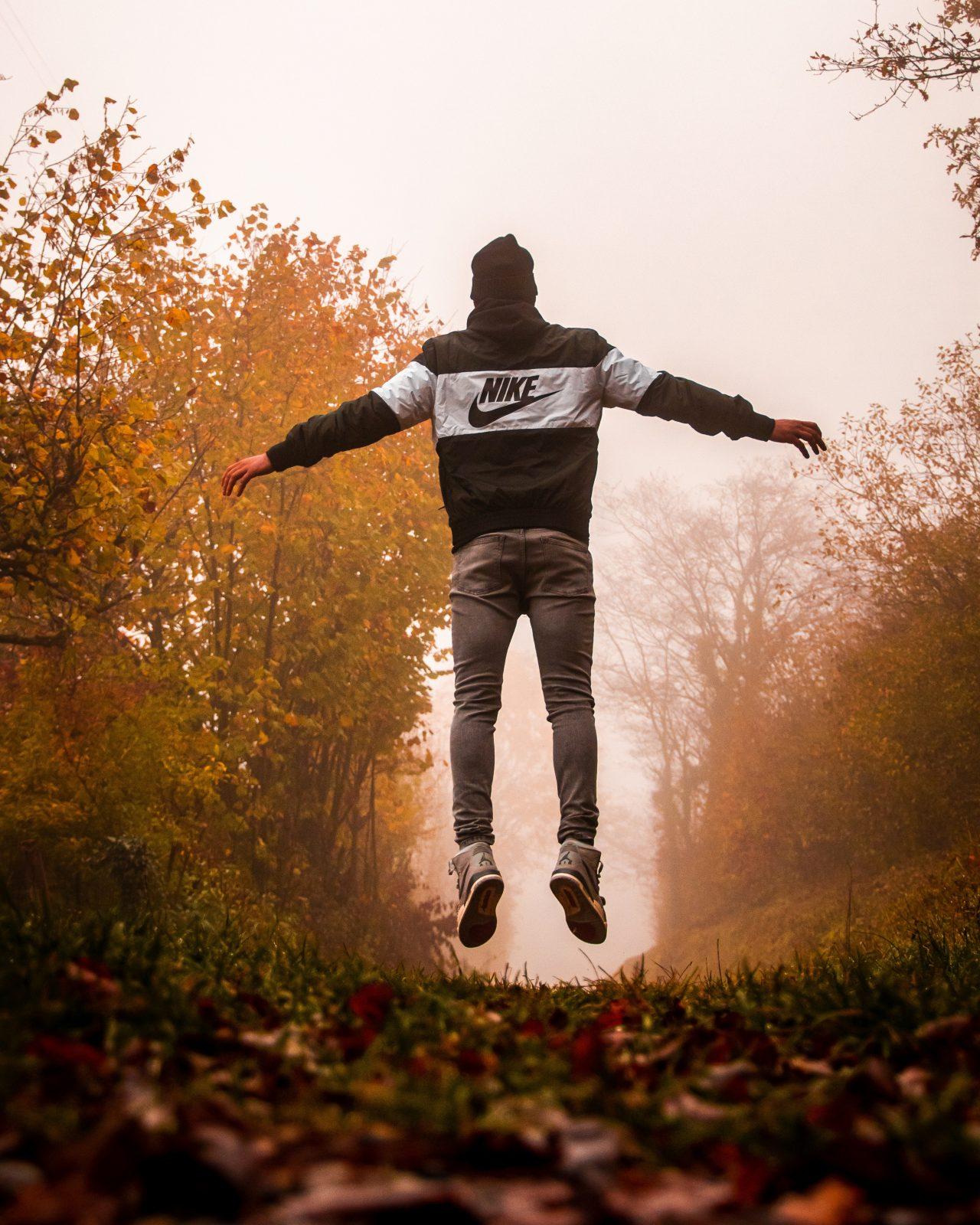 persoonlijke groei man zweeft boven bospad