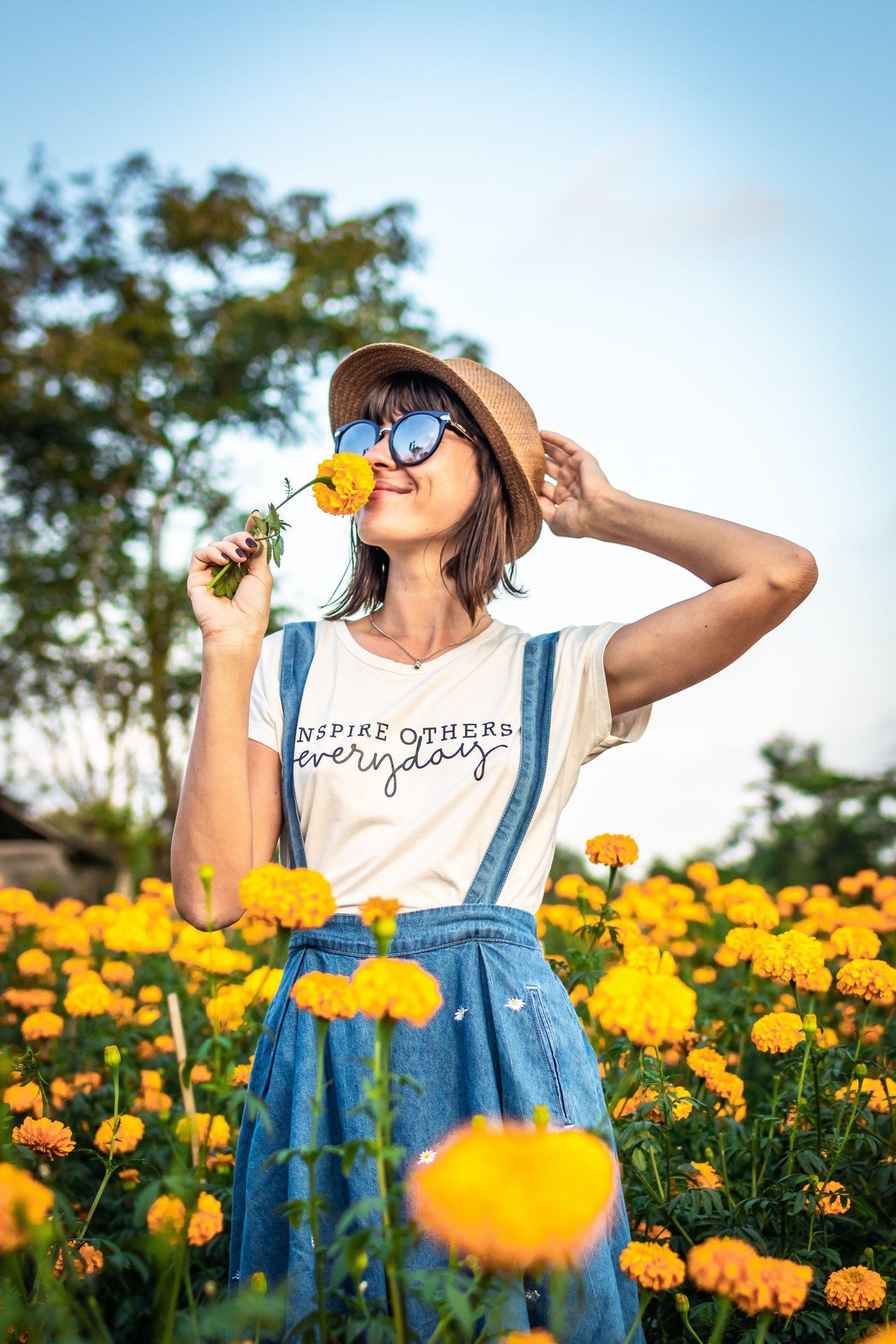 positief-denken-vrouw-met-bloem