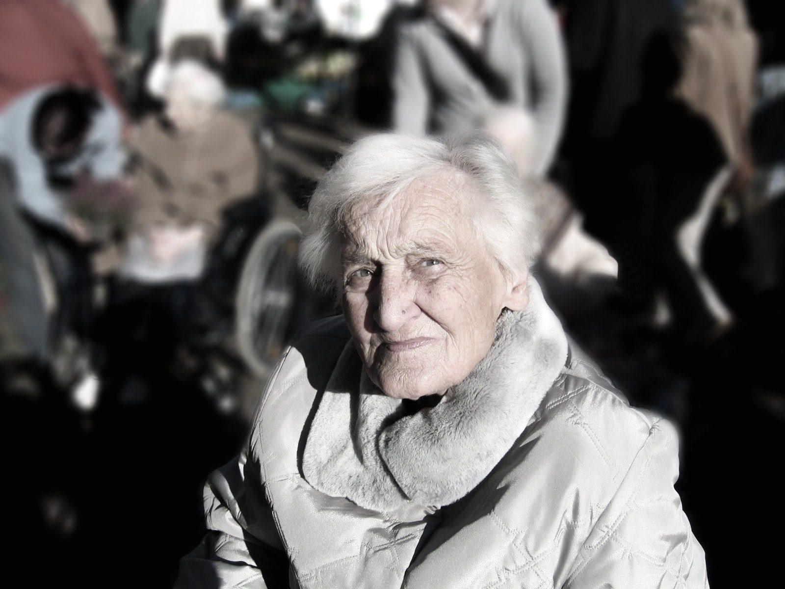 probleemgedrag bij dementie oudere vrouw die vragend kijkt