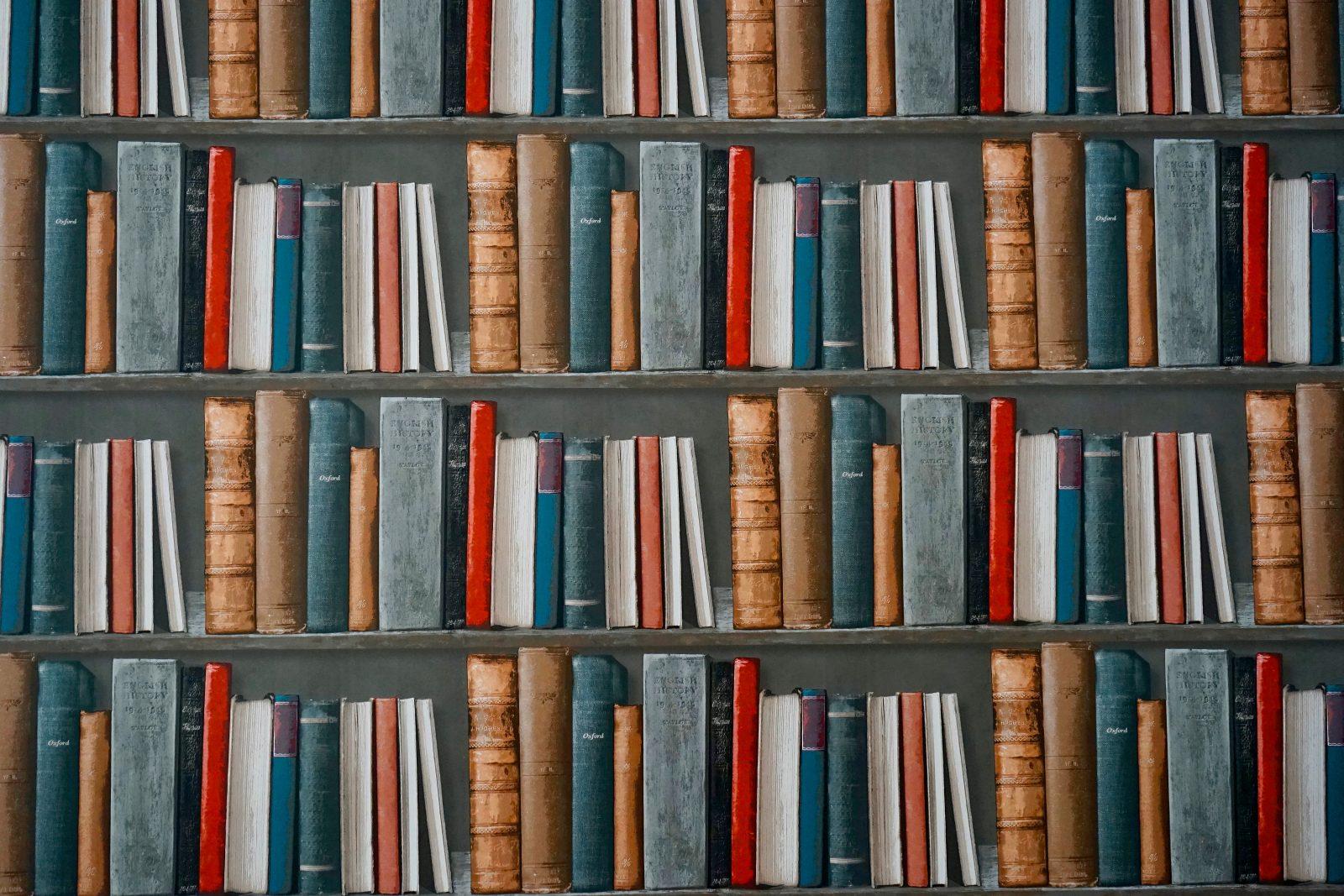 publicaties boeken in een boekenkast
