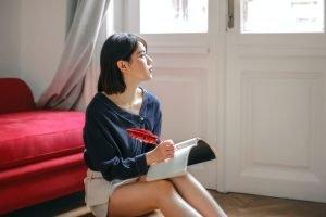 Starr-reflectie-nadenkende-vrouw-schrijft-in notitieboek