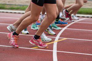teamtraining de frisse start hardlopende dames op een atletiekbaan