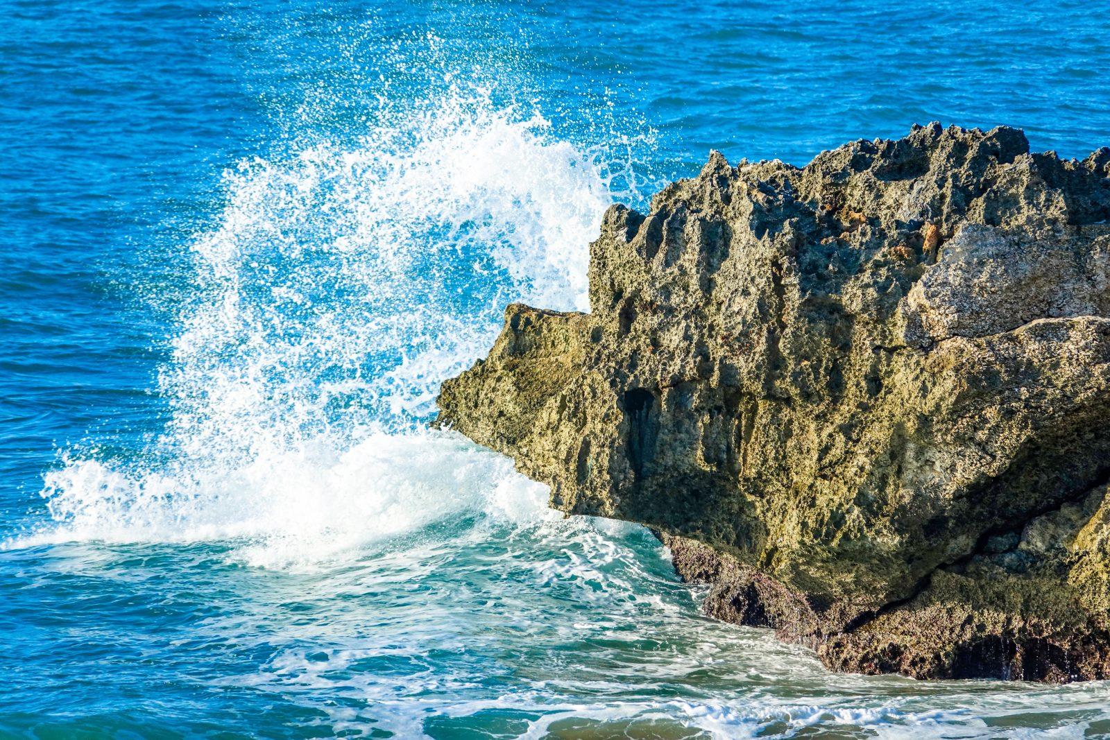 veranderen water dat tegen een rotsblok aan spat