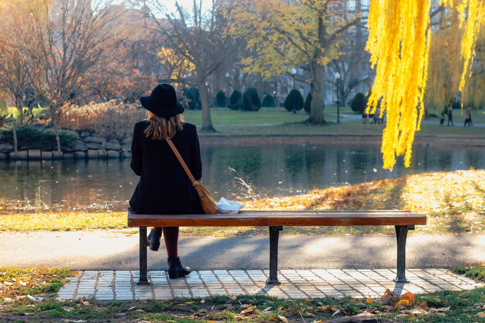 vrouw op bankje in park