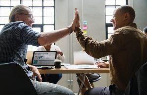werkgeluk 2 mannen geven high five