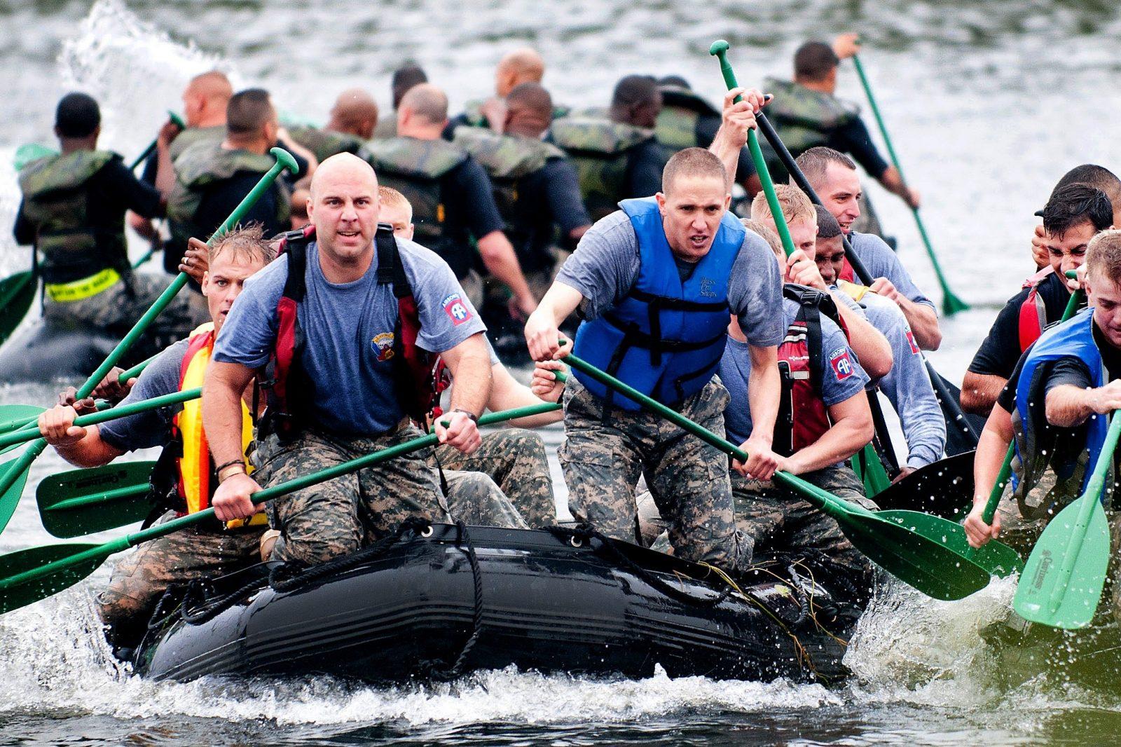 zelfsturende-teams-mannen-in-een-rubberboot-aan-het-peddelen
